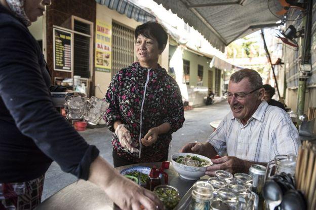 US-veterans-going-back-to-vietnam